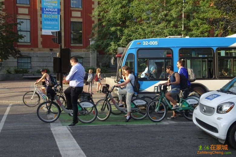 montreal-cyclists-downtown-bus.JPG